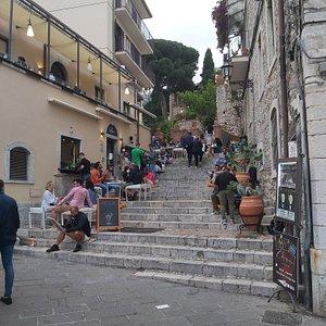 Locale diverso dai solito, con spazi per sedersi sui gradini di questa scalinata vicino Piazza D'uomo.