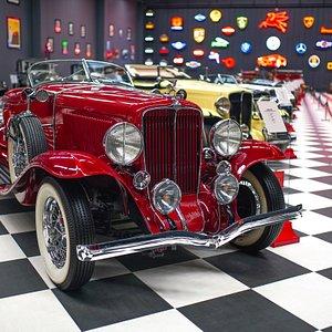 Key Museum, İzmir'in Torbalı ilçesinde bulunan ve bugün dünya otomobil tarihine ışık tutan Türkiye'nin en kapsamlı klasik otomobil ve motosiklet müzesidir. 7000 metrekare alan üzerine kurulu olan Key Museum'un ana koleksiyonunu 76 adet klasik otomobil ve 40 adet klasik motosiklet oluşturmaktadır. 1886 yılında üretilen ilk otomobilden bugüne, otomobil dünyasının önde gelen Mercedes, BMW, Porsche, Cadillac, Ford gibi markaların ilk modellerinin günümüze kadarki yolculuklarını görmek mümkün