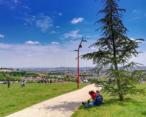 La butte des Châtaigniers est un site de verdure préservé accessible aux promeneurs et sportifs avec une vue panoramique sur Paris et la Tour Eiffel.