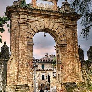 Primo arco d'ingresso al castello