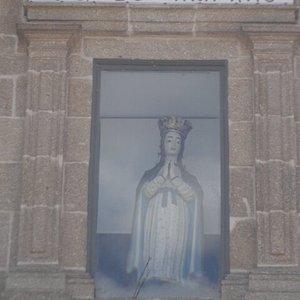 Imagem por cima da porta principal.