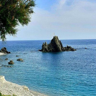 La spiaggia di Renà a Riva Trigoso, con lo spettacolare scoglio dell'Asseu, che si riflette sul mare limpido e cristallino 🤩🔝