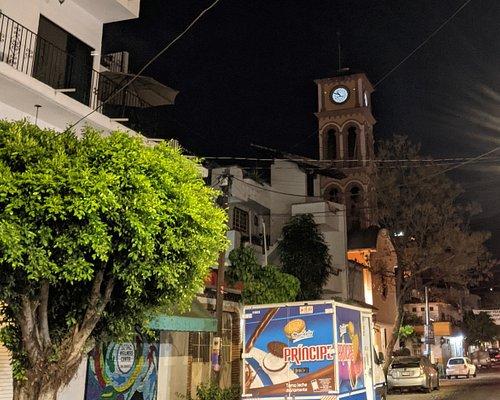 Iglesia de la Santa Cruz at night.