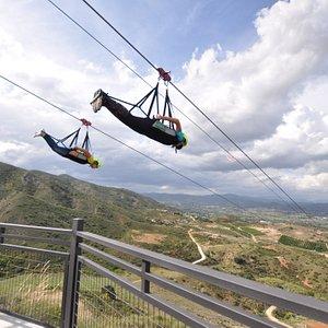 Tirolina Sunview Park, más de 1.350 metros a máxima velocidad. Disfruta de realizar saltos al estilo Superman y libérate de toda tu adrenalina.