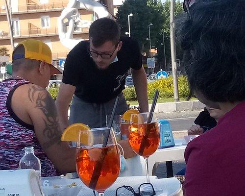 Il cameriere a tavola senza mascherina come se fosse la cosa più normale !