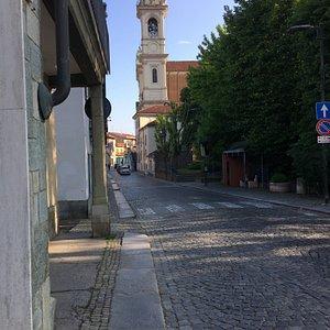 Scorcio del campanile e della Chiesa dei Santi Apostoli Pietro e Paolo da via Cavour