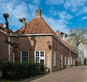 Afbeelding van Kunstruimte het Langhuis in Zwolle. Foto is genomen in 2020. Het Langhuis is een monumentaal pand uit de late Middeleeuwen. Het pand ligt middenin het historische centrum van Zwolle.