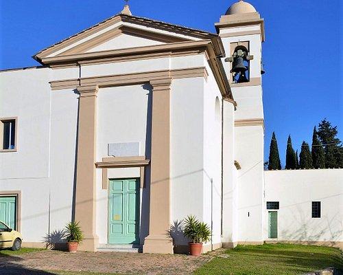 Vista frontale della piccola chiesa di Cedri