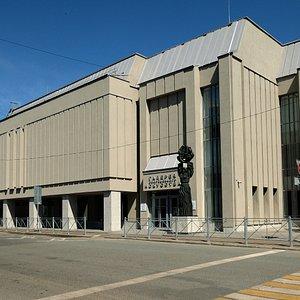 Здание Галереи современного искусства было построено в 1979 г. в эстетике необрутализма как Выставочный зал Союза художников ТАССР. За этот проект архитектор Г. А. Бакулин в 1981 г. получил звание лауреата Государственной премии РТ им. Габдуллы Тукая.