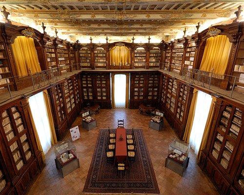 Biblioteca. Veduta dal soppalco.