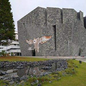 角川武蔵野ミュージアム:朝の散策で訪れました。開館時間ではありませんでしたが、外から建物の鑑賞は可能でした。
