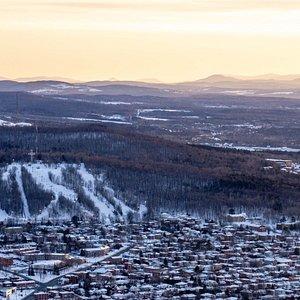 Vue en plongée de la Ville de Sherbrooke avec les pistes de ski du parc du Mont-Bellevue.