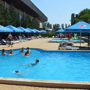 летом пляж с двумя открытыми бассейнами (без дополнительной оплаты0