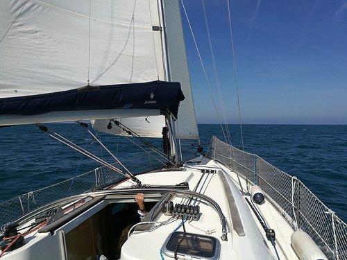 Frente del barco. Se puede ir a la parte de adelante a tomar un poco el sol y a ver como el barco rompe el agua en primera persona :).