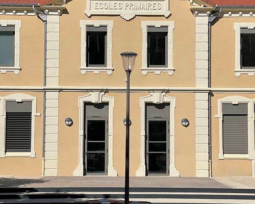 Les anciennes écoles de Baix, situées au bord du Rhône, entre la RN86 et la ViaRhôna 15 (de Le Pouzin / Cruas à Châteauneuf du Rhône / Viviers). Devenues un «pôle multi-services» proposant bistrot, restaurant, gîte, accueil vélos, salle d'animation… un lieu qui a pour objectif de réunir chaque génération, autour d'une ambiance conviviale et familiale. Un projet collaboratif qui donne une seconde jeunesse à ce bâtiment très joliment restauré.