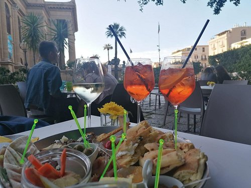 Aperitivo with fresh and homemade local products.