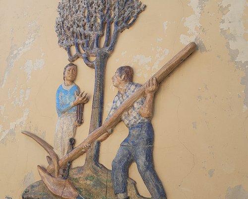 uno dei caratteristici murales nelle vie del paese