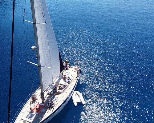 VIKJA, uno stupendo sloop di 15 metri, vi incanterà con il suo fascino vintage, le sue facilities attuali e un'atmosfera suggestiva.