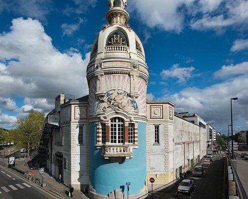 Au bord du canal Saint-Félix, à proximité du centre-ville de Nantes de la gare SNCF, l'ex-usine LU revit au rythme d'un centre d'arts atypique.  Scène nationale de Nantes, le lieu unique est un espace d'exploration artistique, de bouillonnement culturel et de convivialité qui mélange les genres, les cultures et les publics. Son credo : l'esprit de curiosité dans les différents domaines de l'art : théâtre, danse, cirque, musique, arts plastiques, mais aussi littérature  crédit : Martin Argyroglo