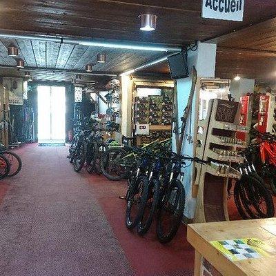 Notre espace vélo sur 200m2, un parc de près de 50 VTT avec assistance électrique pour adulte et enfant.