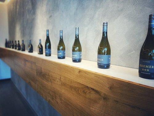 Immer super nett und zuvorkommend. Auch wenn keine Öffnungszeiten sind, findet sich immer eine Lösung, um an den leckeren Wein zu kommen. Wir fahren schon seit Jahren da hin und kaufen unseren Wein. Sehr zu empfehlen!!