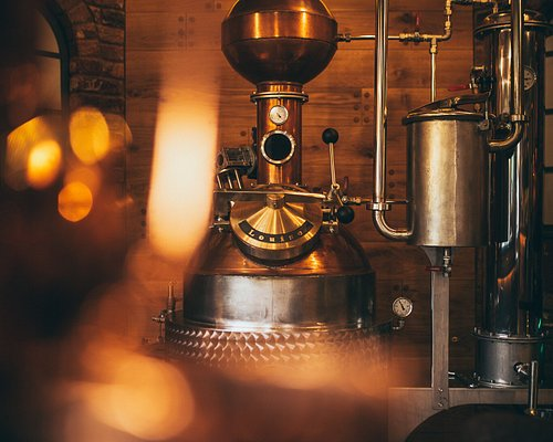 Louise is our biggest copper pot still and sits right in the heart of the distillery bar