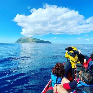 Passeio à volta da Ilha do Corvo mostrará toda a costa da Ilha do Corvo (máx 12 pessoas) para observação da morfologia, flora e fauna. Durante o passeio é ainda efetuada passagem por uma gruta e paragem para um mergulho no mar.(esta actividade depende sempre das condições climatéricas)