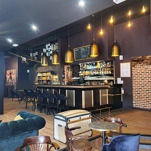 Salle principale du bar lounge où trône notre tireuse à bière alambiquée et notre avion blériot
