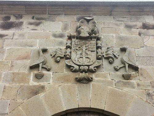 Escudo de la fachada de la Casona Del General Marcide.