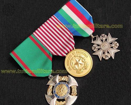 Medagliere a 3 posti raffigurante la Croce da Cavaliere OMRI la medaglia al Merito di Servizio e la Croce di Anzianità