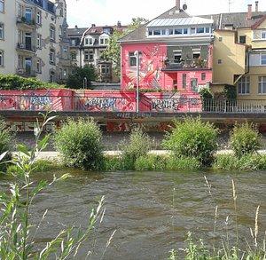 auch von der anderen Uferseite sind Graffiti zu bewundern