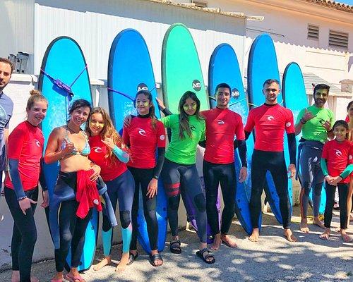 Diversión asegurada en la Escuela de Surf Chiclana. Esta escuela imparte clases de surf en la playa de la Barrosa en la 2ª pista y Novo Sancti Petri, disponen de material de alquiler incluso Paddle Surf y padel XXL. Si quieres diversión en Cadiz, esta es una de las mejores experiencias. Te apuntas?