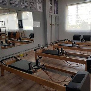 Estúdio localizado na Praça Benedito Calixto, com amplo espaço e segurança para a prática do Método Pilates Tradicional. Professores capacitados em constante atualização para oferecer o melhor para a sua saúde física e mental.