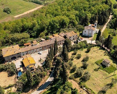 La piccola frazione di Cedri nel comune di Peccioli. Una decina di case immerse nel verde con una chiesa molto carina da visitare