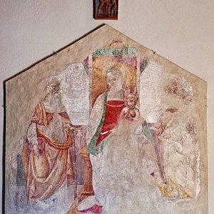 Frammento di un affresco con Madonna in Trono con Bambino e con ai lati S. Antonio e S. Domenico.