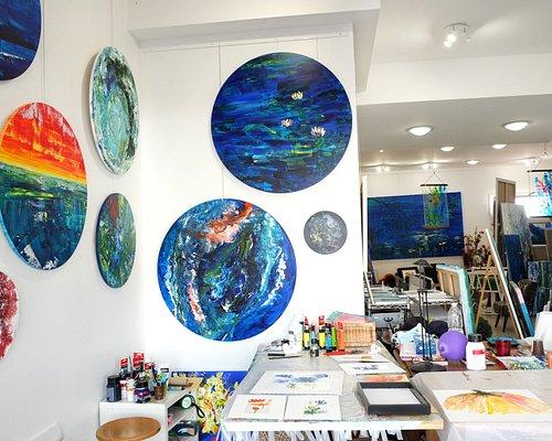 Entrez dans mon univers artistique. Vous trouvez dans mon atelier des tableau en acrylique, des œuvres sur papier originales, du mobilier d'art unique et des impression fine art comme cadeau, souvenir de Lacanau.  Au plaisir de vous rencontrer !