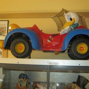 Forlaget Hjemmets første Donaldbil. Laget i Italia.