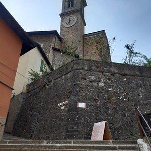 """scalinata detta """"Rampata Chiesa"""" per raggiungere la Chiesa Parrocchiale Santa Maria Maddalena e vista laterale con campanile"""
