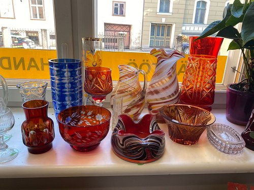A real handicraft shop with high quality items made in Estonia. 100% wool sweaters, embroidered slippers in Muhu embroidery, delicate handmade wool lace scarves. In between - retro and Soviet glassware and curiosities.