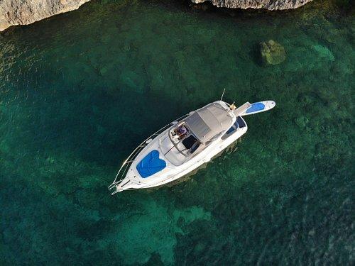 Vista con Dron de la Embarcación para paseos en barco en exclusiva con patrón