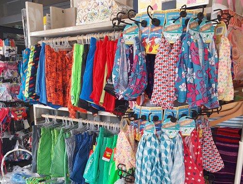 Al Blue beach possiamo trovare pantaloncini e parei di tanti colori