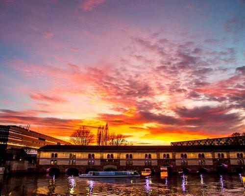 Ciel flamboyant sur la Petite France et le célèbre barrage Vauban.