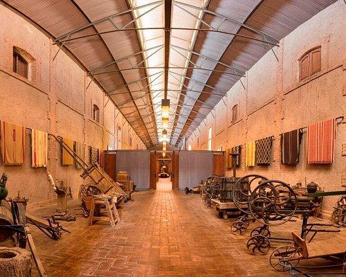 Museo e historia, junto a parte de la extensa colección de ponchos.