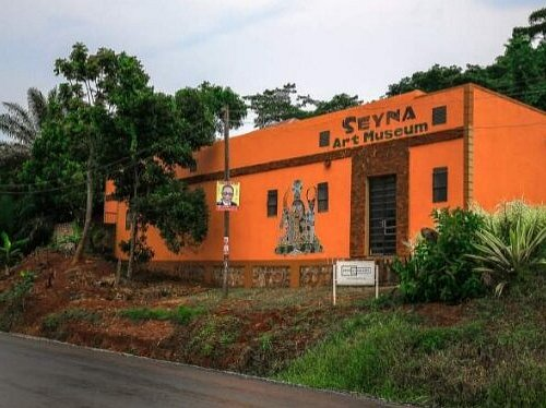 Seyna Art Gallery is the biggest gallery along Entebbe- Kampala Road. Onsite, inside the gallery is a craft and fashion design Shop