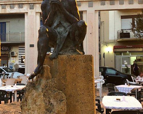 Situata in una piccola piazza in ricordo della vocazione della città