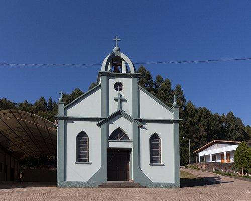 A igreja um pouquinho acima da estrada.