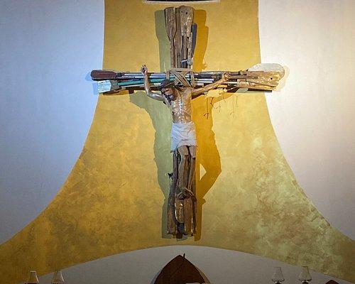 Altare, crocifisso fatto con remi
