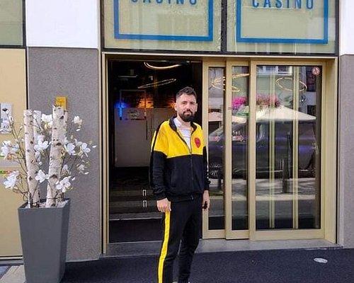 Wanneer zelfs Dimitri Vegas (Wereldbekende DJ) naar Blitz Casino gaat, dan weet je dat je goed zit!   Het is een uniek casino, met échte Belgische spellen & leuk personeel! Zeker een aanrader.