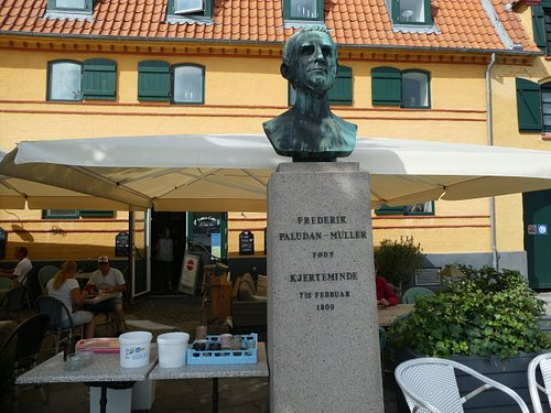 Buste af Frederik Paludan-Müller i Kerteminde
