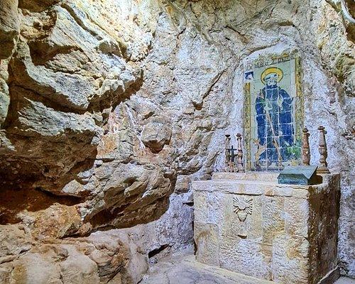 Nella seconda grotta, sopra un piccolo altare è collocato un pannello di maiolica, datato 1545, che raffigura San Calogero benedicente. A destra del Santo in basso, è raffigurata la cerva ferita al collo e alla sinistra l'arciere genuflesso in atto di preghiera.